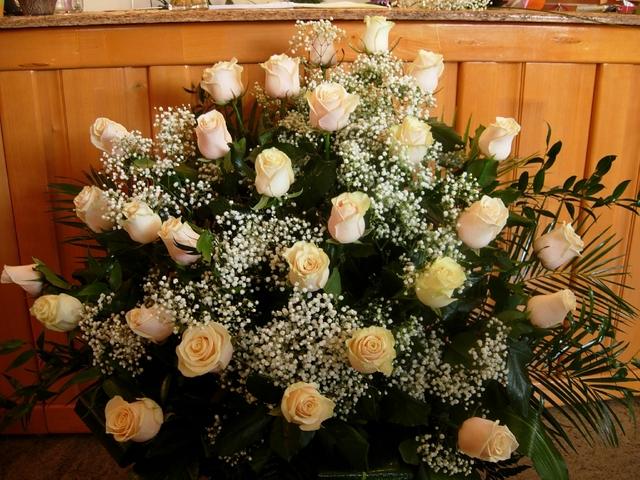 Clic pentru a vedea imaginea mărită Cos cu trandafiri