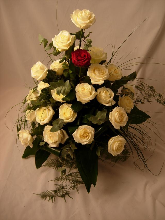 Clic pentru a vedea imaginea mărită Aranjament in vas cu 31 trandafiri